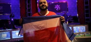 Steven Thompson, posando con la bandera de Costa Rica