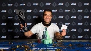 Hossein Ensan levanta el trofeo de campeón del EPT Praga