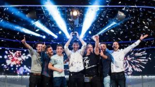 Adrián Mateos levanta el trofeo de ganador del EPT