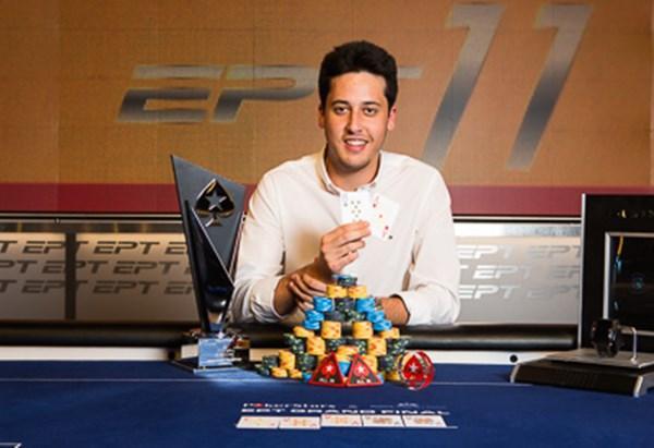 Adrián Mateos con la mano que le dio el título del European Poker Tour