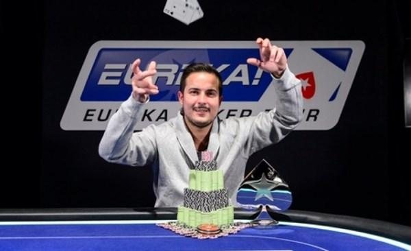 Javier Rojas lanza las cartas tras ganar el Eureka Poker Tour