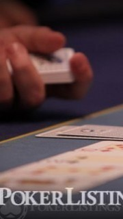 El dealer saca la carta correspondiente al turn