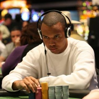 Phil Ivey jugando con unos auriculares