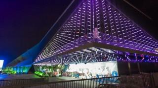 Portada del Casino de la Costa Brava iluminada