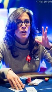 Leo Margets durante un torneo de poker con el emblema de PokerStars