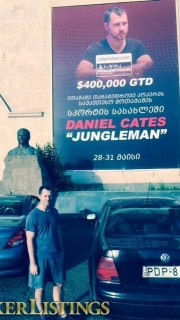 Dan Cates posa con su póster para PokerListings