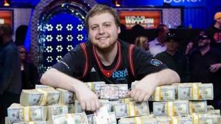 Joe McKeehen con el premio de campeón de las WSOP