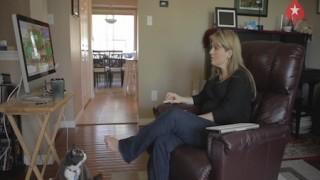 Adrienne Rowsome también juega desde el sofá de su casa