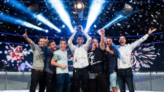 Adrián Mateos celebra con sus amigos la victoria en la Gran Final EPT