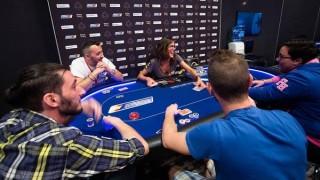 Leo Margets ejerciendo de maestra en una mesa de poker