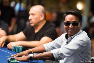 Harcharan Dogra, sonriente en la mesa del EPT Barcelona
