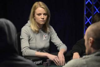 Cate Hall jugando a poker en vivo