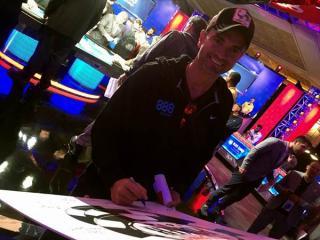 Fernando Pons, firmando en el cartel de las WSOP 2016