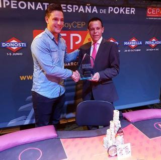 Steve Enríquez, recibiendo el trofeo de campeón